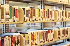 Estante de los media en biblioteca Imagen de archivo