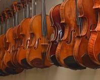 Estante de los violines 1 de la ejecución Foto de archivo libre de regalías