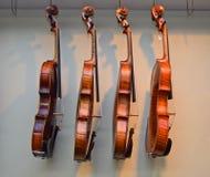 Estante de los violines 2 de la ejecución Imagen de archivo libre de regalías
