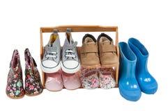 Estante de los zapatos de los niños por todas las estaciones aisladas Foto de archivo libre de regalías