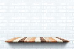 Estante de madeira vazia no fundo branco lustroso da parede da telha, na zombaria interior do contexto acima para a exposição ou  ilustração royalty free