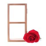 Estante de madera adornado con las flores de la rosa del rojo Foto de archivo libre de regalías