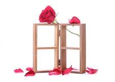 Estante de madera adornado con las flores de la rosa del rojo Imágenes de archivo libres de regalías