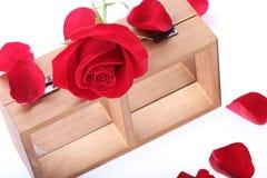 Estante de madera adornado con las flores de la rosa del rojo Fotos de archivo libres de regalías