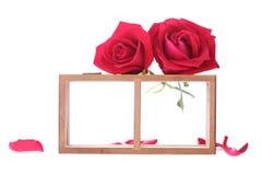 Estante de madera adornado con las flores de la rosa del rojo Fotografía de archivo