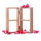 Estante de madera adornado con las flores de la rosa del rojo Imagen de archivo libre de regalías