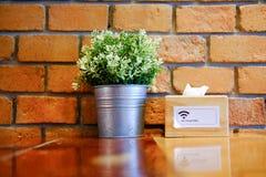Estante de madera adornado con las macetas y la caja del tejido Imágenes de archivo libres de regalías