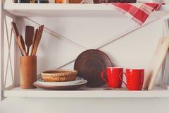 Estante de madera blanco, muebles rústicos de la cocina fotografía de archivo