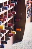 Estante de madera con las botellas de vino Imágenes de archivo libres de regalías