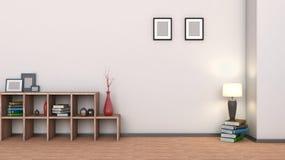 Estante de madera con los floreros, los libros y la lámpara Foto de archivo libre de regalías
