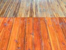Estante de madera rojo imagenes de archivo