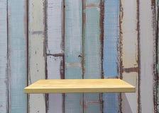 Estante de madera vacío en desnudo con la pared azul clara del vintage producto d Fotos de archivo