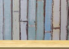 Estante de madera vacío en desnudo con la pared azul clara del vintage producto d Fotos de archivo libres de regalías