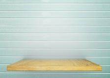 Estante de madera vacío en desnudo con la pared azul clara del vintage producto d Foto de archivo