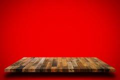 Estante de madera viejo en fondo rojo de la pared imagen de archivo