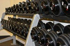 Estante de pesas de gimnasia Fotografía de archivo libre de regalías