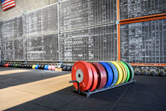 Estante de pesos de entrenamiento coloridos en un gimnasio Imagen de archivo