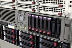 Estante del almacenaje de datos con los mecanismos impulsores duros Fotografía de archivo