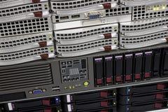 Estante del almacenaje de datos con los mecanismos impulsores duros Fotos de archivo libres de regalías