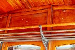 Estante del coche de la tranvía del vintage con el techo de madera imagenes de archivo