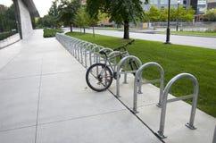 Estante del estacionamiento de la bici Imagenes de archivo