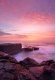 Estante del norte de la roca de la playa de Avoca de la salida del sol Foto de archivo