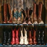 Estante del oeste americano de las botas del vaquero y de la vaquera del rodeo Foto de archivo