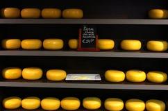 Estante del queso en Amsterdam imagen de archivo