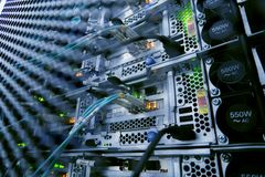 Estante del servidor con los servidores y los cables Estantes del servidor, sitio del servidor foto de archivo libre de regalías