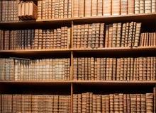 Estante del vintage con los libros viejos en la biblioteca de Viena Foto de archivo