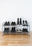 Estante del zapato en un suelo de madera Fotos de archivo libres de regalías