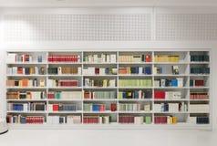 Estante dentro de la biblioteca futurista Imagen de archivo libre de regalías