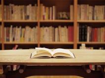 Estante e um livro aberto foto de stock royalty free