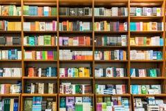 Estante en biblioteca con los libros para la venta Fotografía de archivo libre de regalías