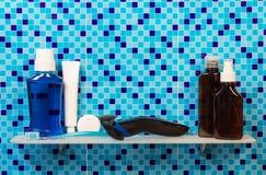 Estante en cierre del cuarto de baño para arriba en azul Foto de archivo