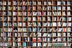 Estante en la biblioteca pública fotografía de archivo