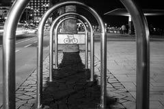 Estante en la noche - calles de la bici de la ciudad Fotos de archivo libres de regalías