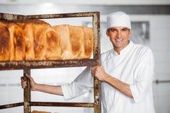 Estante masculino maduro de Standing By Bread del panadero Fotos de archivo