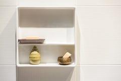 Estante moderno blanco de los accesorios del estilo Fotografía de archivo libre de regalías