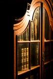 Estante para libros de madera ruso del vintage en la biblioteca Colección de libros viejos Fotos de archivo