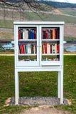 Estante para libros en el parque Imagen de archivo