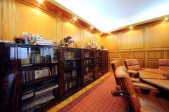 Estante para libros en la oficina de la compañía RUSELPROM Foto de archivo