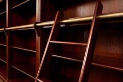 Estante para libros vacío con la escala Fotos de archivo libres de regalías