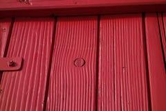 Estante revestido rojo Imagen de archivo