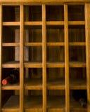Estante viejo del vino con dos botellas Fotografía de archivo