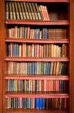 Estante viejo en biblioteca antigua Foto de archivo libre de regalías