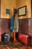 Estante y equipaje de la capa de la estación de tren en esquina Imagenes de archivo
