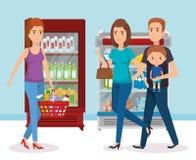 Estanterías del supermercado con la compra de la familia Foto de archivo