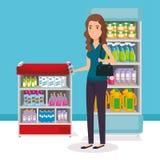 Estanterías del supermercado con la compra de la mujer Foto de archivo libre de regalías