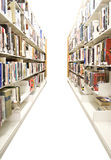Estantes aislados de la biblioteca Foto de archivo